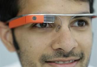 戴Google眼鏡鬧頭痛 斜眼看螢幕害的