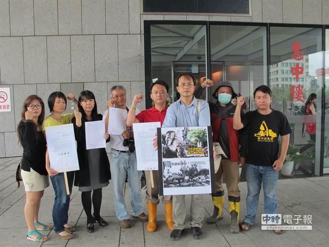 公民團體上午到市府廣場抗議,抨擊市府違法斷根移植老樹,近日內將提告市長胡志強。(盧金足攝)