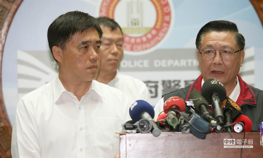 台北市長郝龍斌(左)晚間帶台北市警察局長黃昇勇(右)出面說明,將與新北市達成共識,捷運沿線增派員警加強捷運站安全。(鄭任南攝)