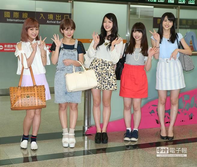 日本早安家族℃-ute在機場入境大廳與到場接機的粉絲揮手致意。(粘耿豪攝)