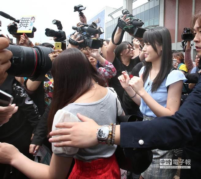 團員鈴木愛理(右)有些吃驚地看著現混亂的狀況。(粘耿豪攝)