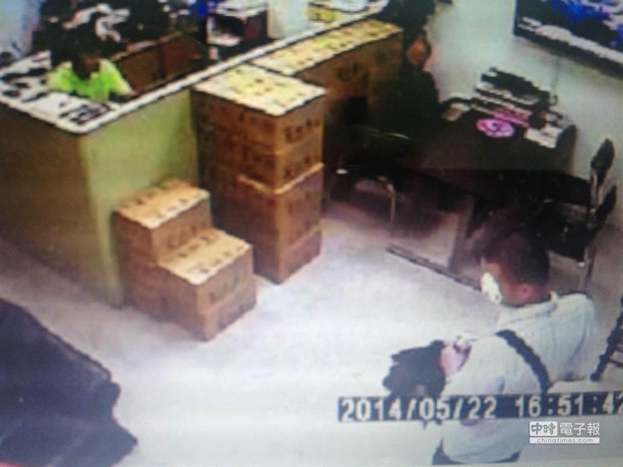 有精神障礙的林姓男子(右下)跑到議員服務處嗆聲要殺另一議員應曉薇。(翻攝畫面)