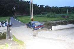 車栽入農田 駕駛溺斃野溪