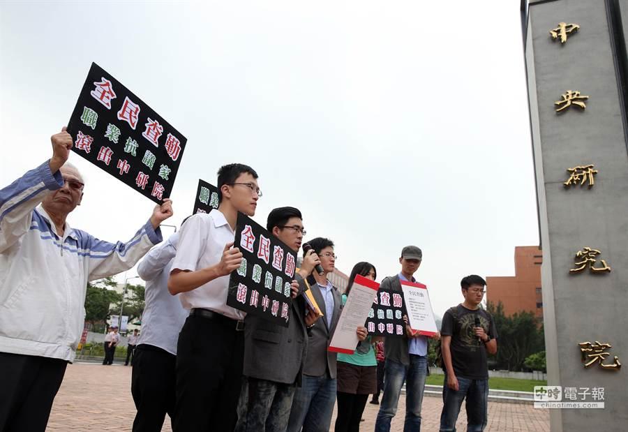 抗獨史陣線呼籲全民透過網路連署、電話查勤等方式,共同聲討黃國昌,要他離職。(王英豪攝)