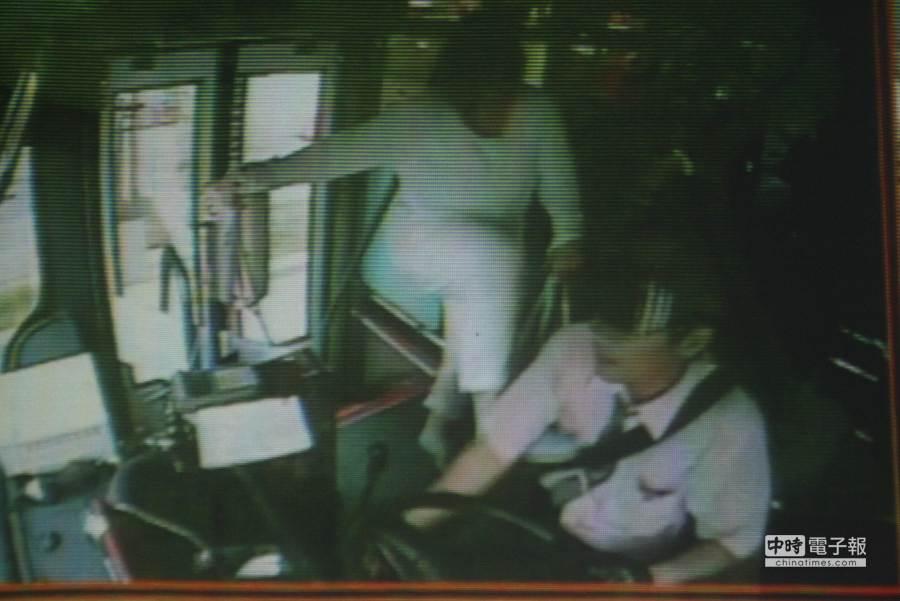 公車上的監視器錄下日本女乘客在公車上腳踹莊姓司機。(程炳璋攝)