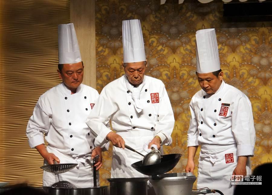 「湘菜廚神」彭長貴今以96歲高齡,再度持杓掌鏟示範自己發明的「左宗棠雞」。(圖/姚舜攝)