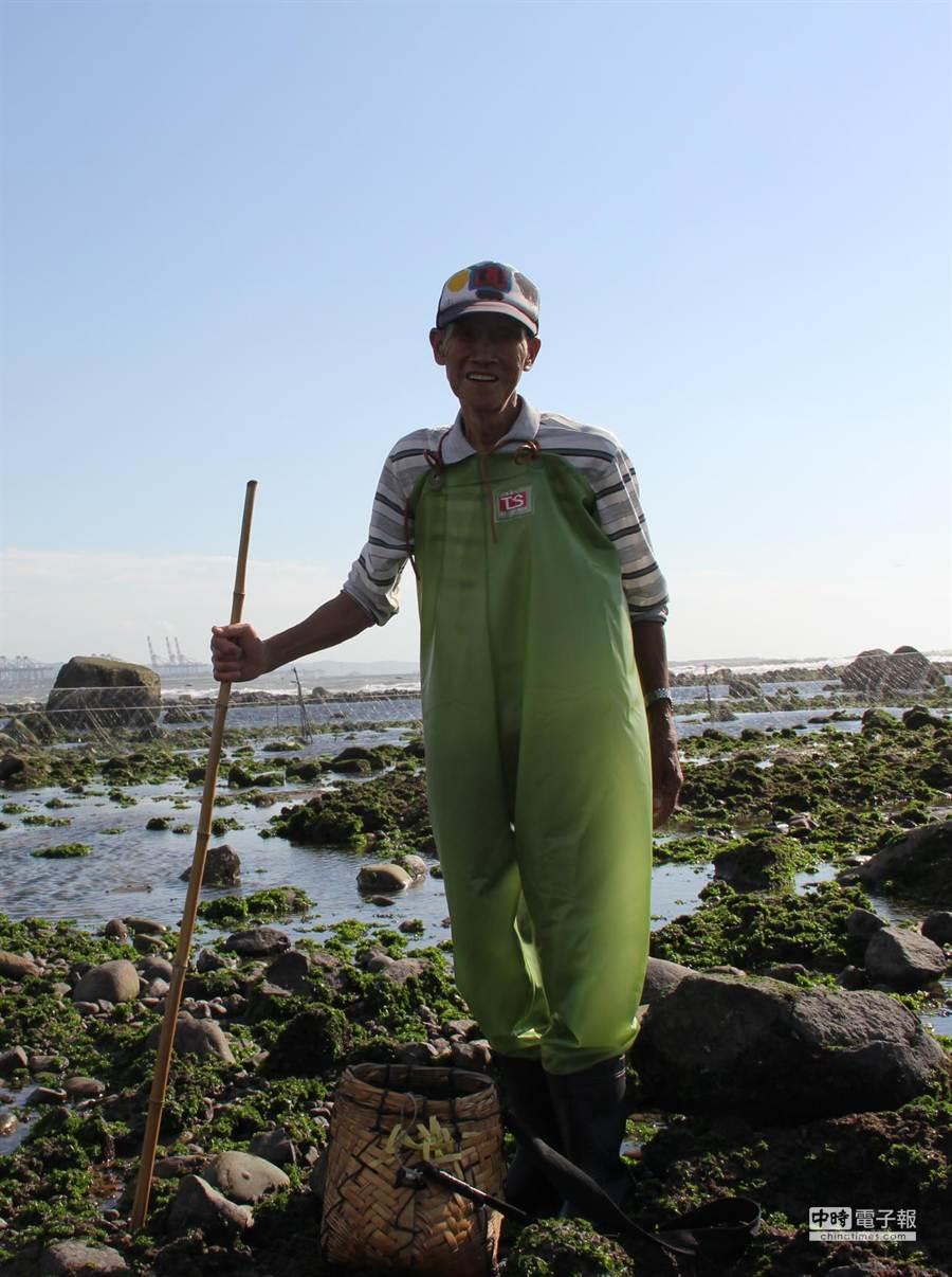老漁民施協助目前是當地僅存4戶漁民之一,捕魚維生十分不易,獨立撫養孫子長大。(黃佳琳攝)