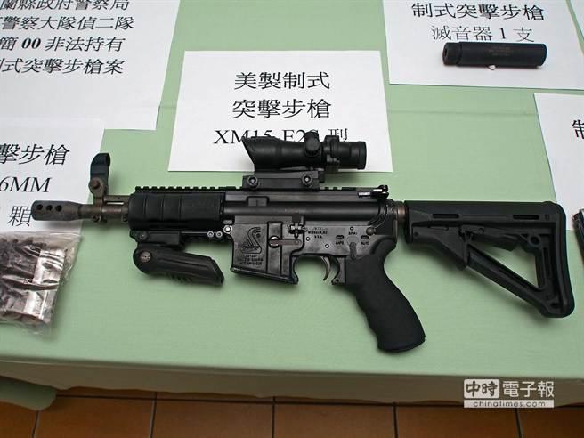 警方指出,突擊步槍威力強大,穿上警用防彈背心也沒用。(李忠一攝)