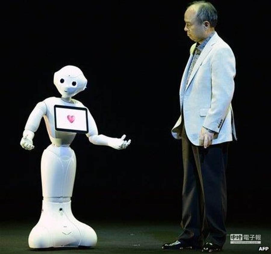 日本軟銀公司社長孫正義與機器人「Pepper」。(摘自BBC)