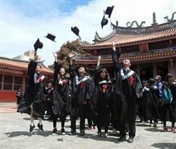向孔夫子上香 南大生宣告畢業