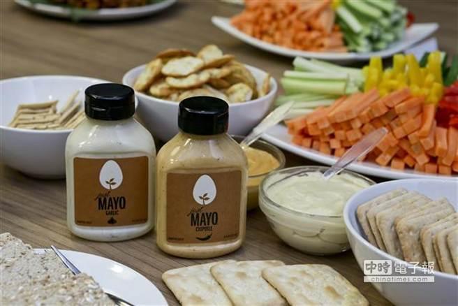 李嘉誠投資的人造蛋的第一個產品將先推人造蛋黃醬,6月2日在香港首度面世,讓媒體與專業人士試食,13日將在百佳超市開賣。據現場試吃結果,口味是真的蛋黃醬相似。(圖/取自網路)