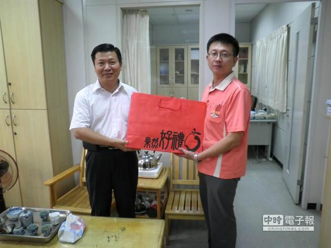 斗南警分局長馬新民(左)趕往關懷慰問遭虎頭蜂螫陳文智。 (許素惠攝)