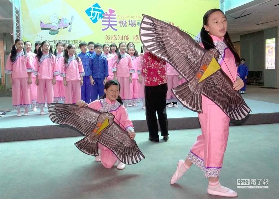 教育部希望將藝術教育融入生活,積極媒合全國學生表演團隊演出機會。圖為13日下午由苗栗縣建國國小合唱團,以客家歌謠在桃機進行的演出。(高興宇攝)
