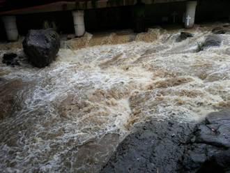 外雙溪暴漲 50遊客受困獲救