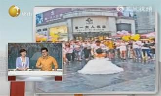 男友太內向 女孩當街跪地求婚