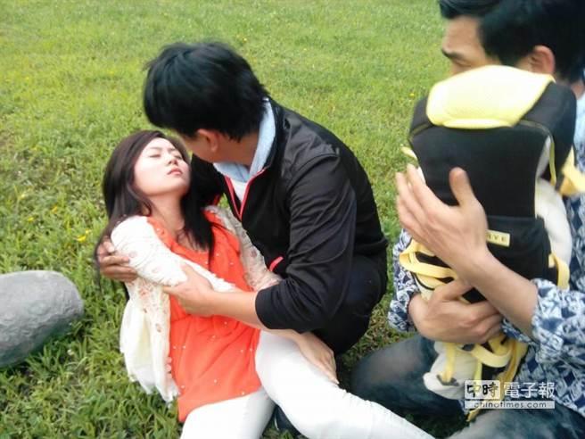 楊小黎受傷,王識賢還要抱著她跑。(中視提供)
