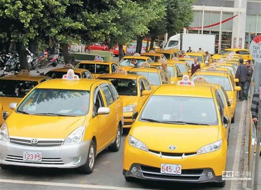 Uber遭台北市計程車客運商業同業公會檢舉,認為Uber是用租賃車當計程車非法營業,下周一號召1200輛計程車包圍交通部抗議。圖為排班計程車等著載客。(本報系資料照片)