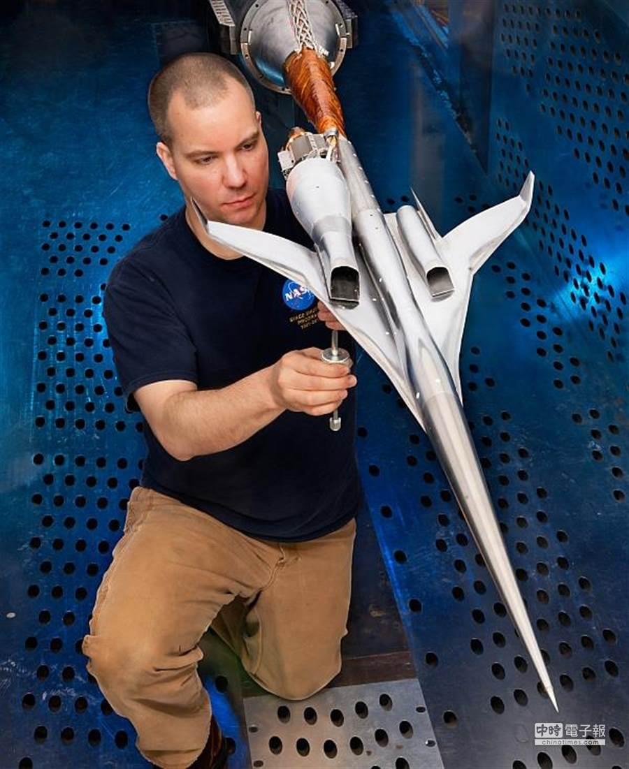 美國太空總署NASA研發新世代超音速旅客機,圖為研究人員檢視模型機。(圖/NASA)