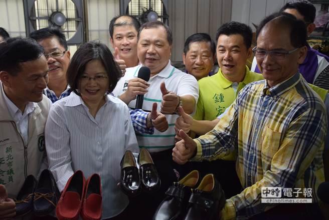 游錫堃與蔡英文今至五股關心製鞋產業。