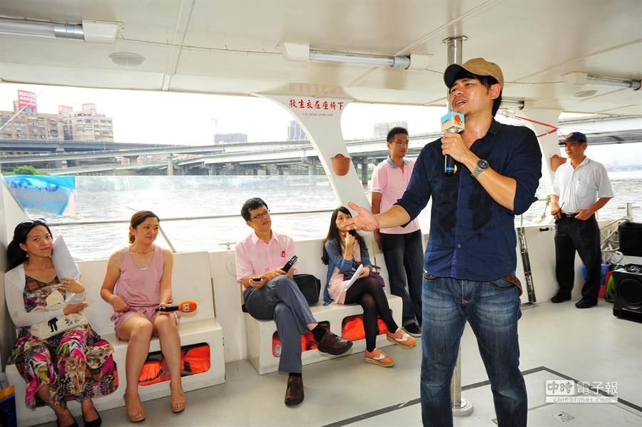 卡米地喜劇俱樂部成員在船艙帶來個人表演。(劉宗龍攝)