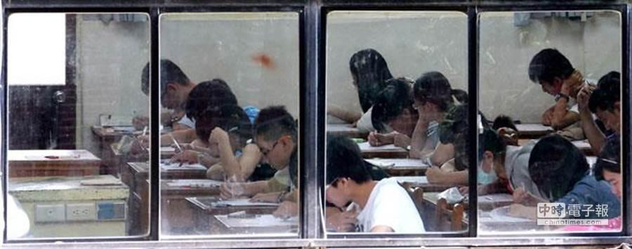 大學指考逾6萬名考生全部上陣應考,創歷年來新低。(黃世麒攝)