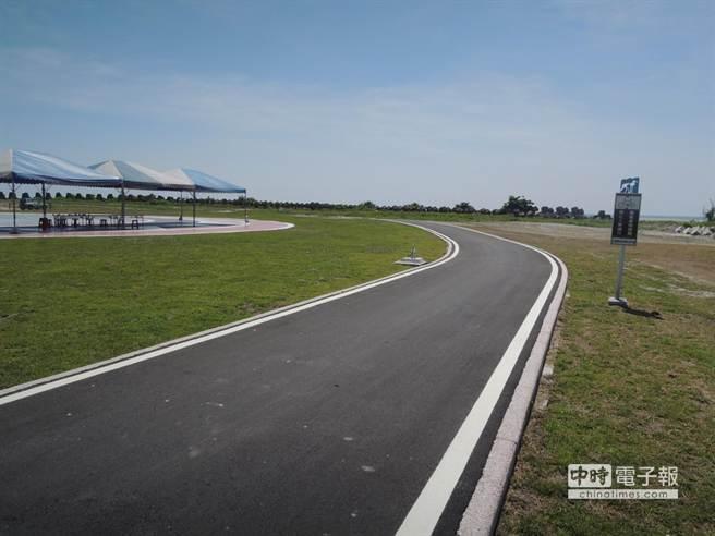 新啟用的化仁海堤自行車道,可連結兩潭自行車道,避免和砂石車共用道路的危險。(阮迺閎攝)
