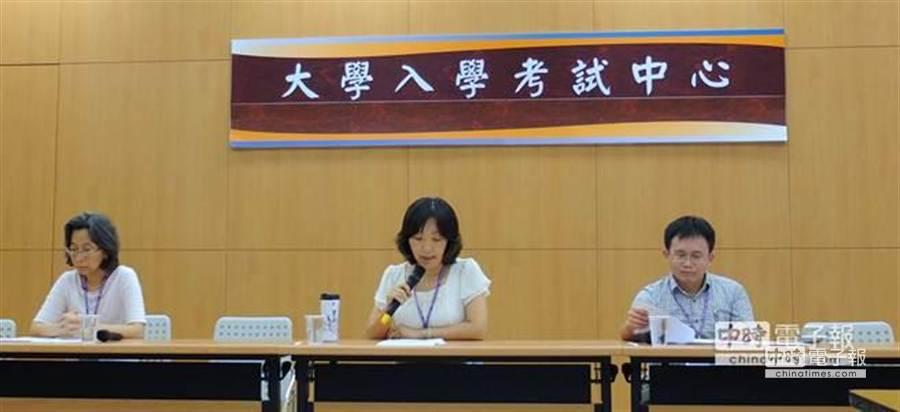台北市高中歷史科教師群成員陳惠珠、吳芳芳、邱永春(由左至右)分析今年指考歷史科試題。(胡清暉攝)