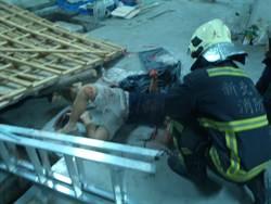 畢業生返校做浮雕 遭木板壓傷