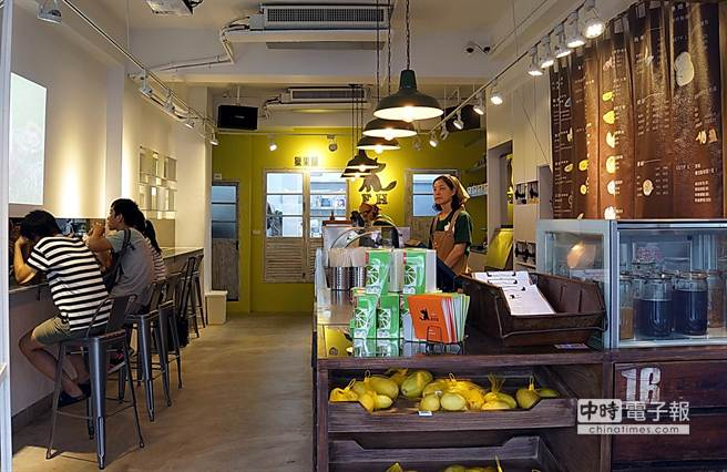 獵果舖門市設有座位,可讓客人坐下享受輕食或品飲飲料。(圖/姚舜攝)