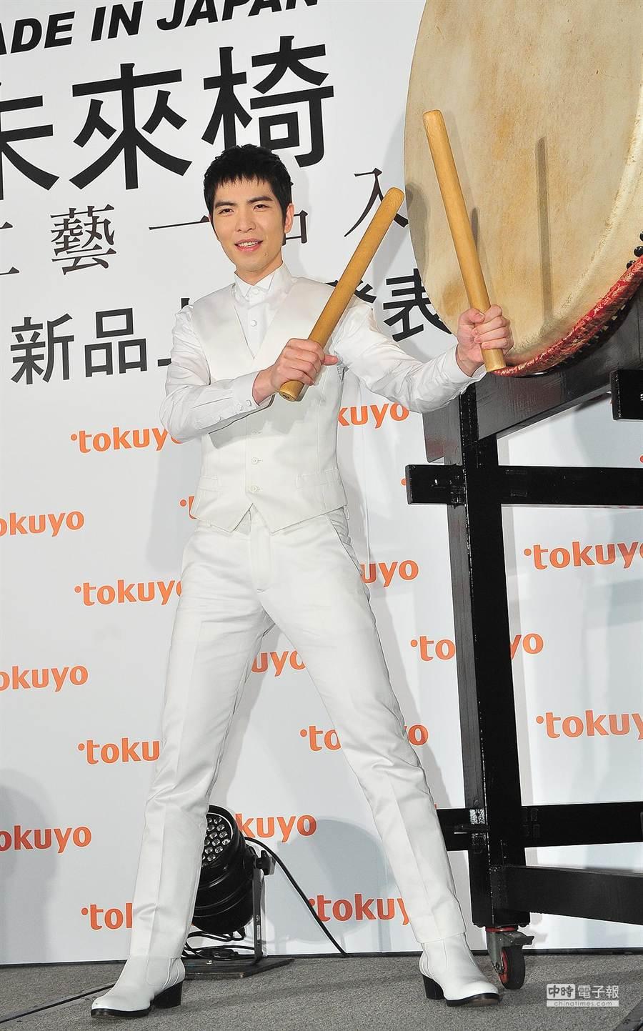 蕭敬騰代言tokuyo按摩椅,即興擺pose拍照。(盧禕祺攝)