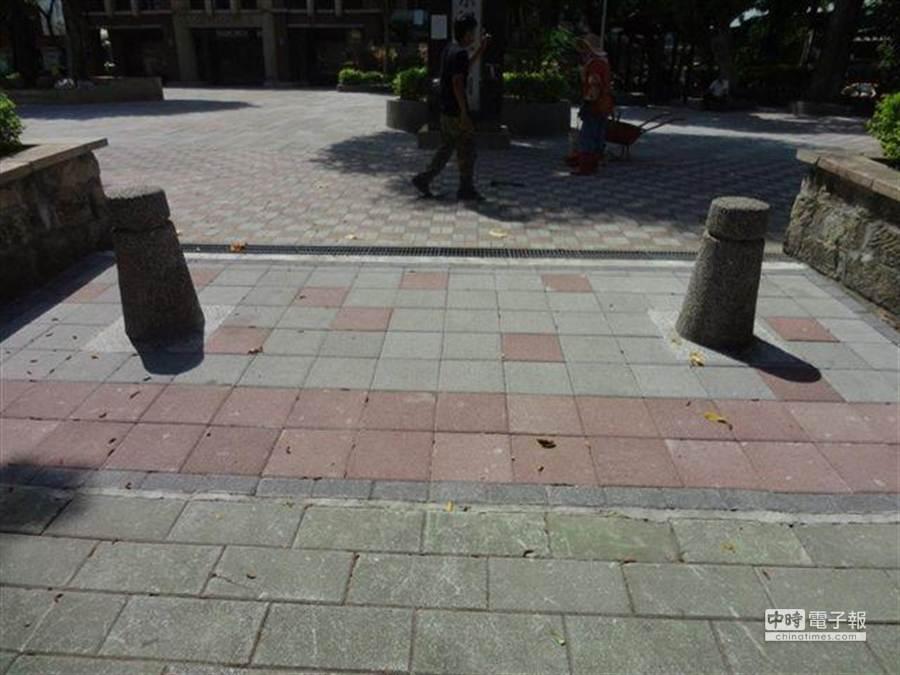 大同區蔣渭水公園出入口原設有多個路阻,考量因寬度窄,大型電動輪椅無法通過,區公所日前將間距擴大。(張潼攝)