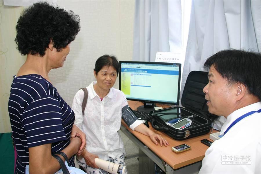 南開科大銀髮族智慧生活創新技術研發成果發表,黃瑞啟博士展示電子互動式安全照護系統。(楊樹煌攝)