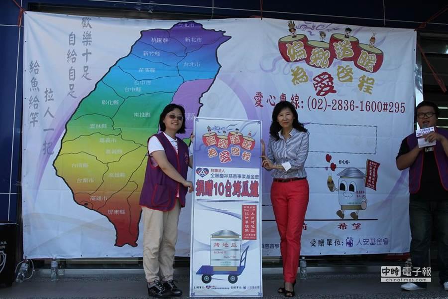 基金會張宜君(右)表示,此象徵愛心「啟程」,認養烤瓜爐只是開端,希望更多力量加入,民眾買烤地瓜,才是最大的支持。(簡浩正攝)