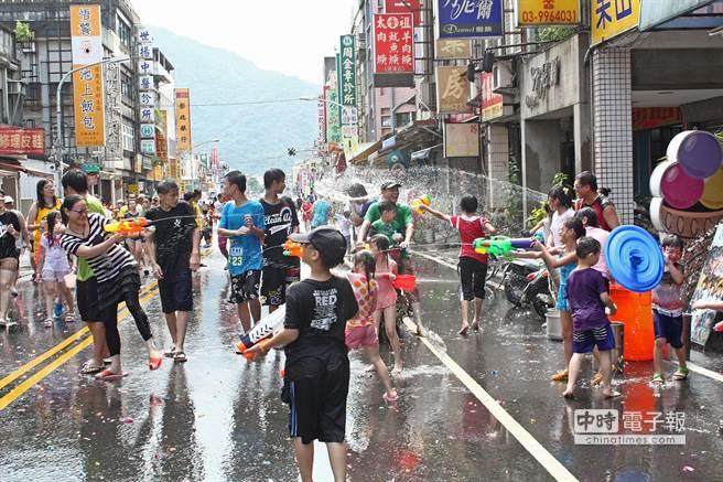 潑水嘉年華於中山路封街展開,大家路上打水仗,消暑一夏。(王亭云攝)
