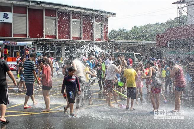 蘇澳火車站廣場前,潑水大混戰熱鬧開打。(王亭云攝)