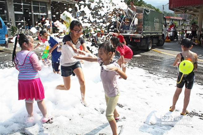 「雪白清涼泡泡Party」今年首次登場,大小朋友玩瘋了。(王亭云攝)