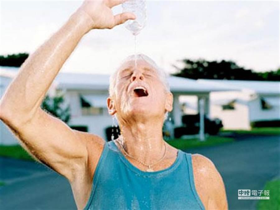 老年人如果為避免中暑而單純補充水分,結果會適得其反。(圖為MensHealth網站檔案照片)
