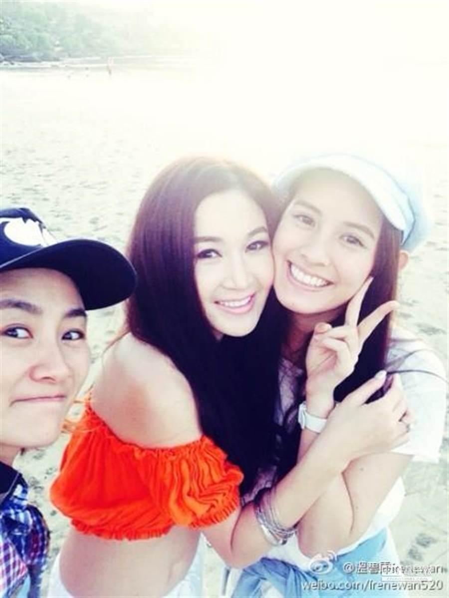 溫碧霞(中)在微博貼與陳純甄(左)及女友人合照。(取自溫碧霞微博)