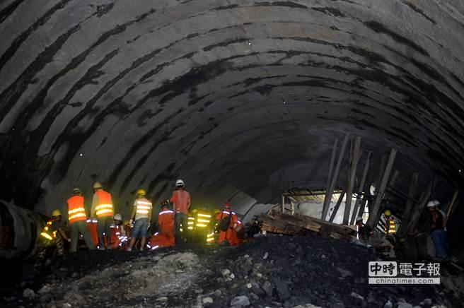 新華社照片,富甯(雲南),2014年7月16日     7月16日,救援人員在事故現場展開工作。