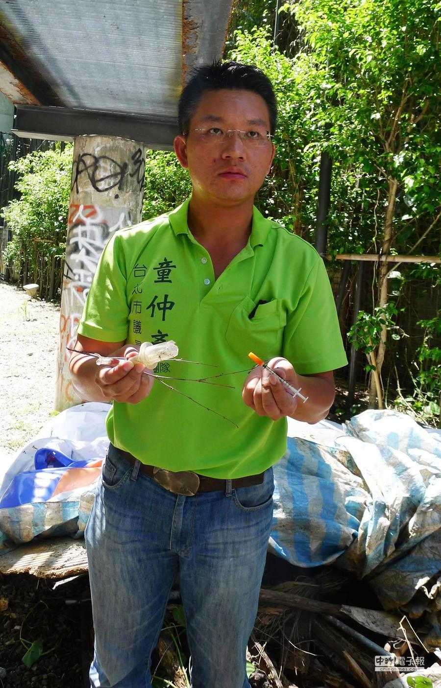 台北市議員童仲彥今早前往電影公園現勘,發現針頭與疑似毒品吸食器。(江慧珺攝)