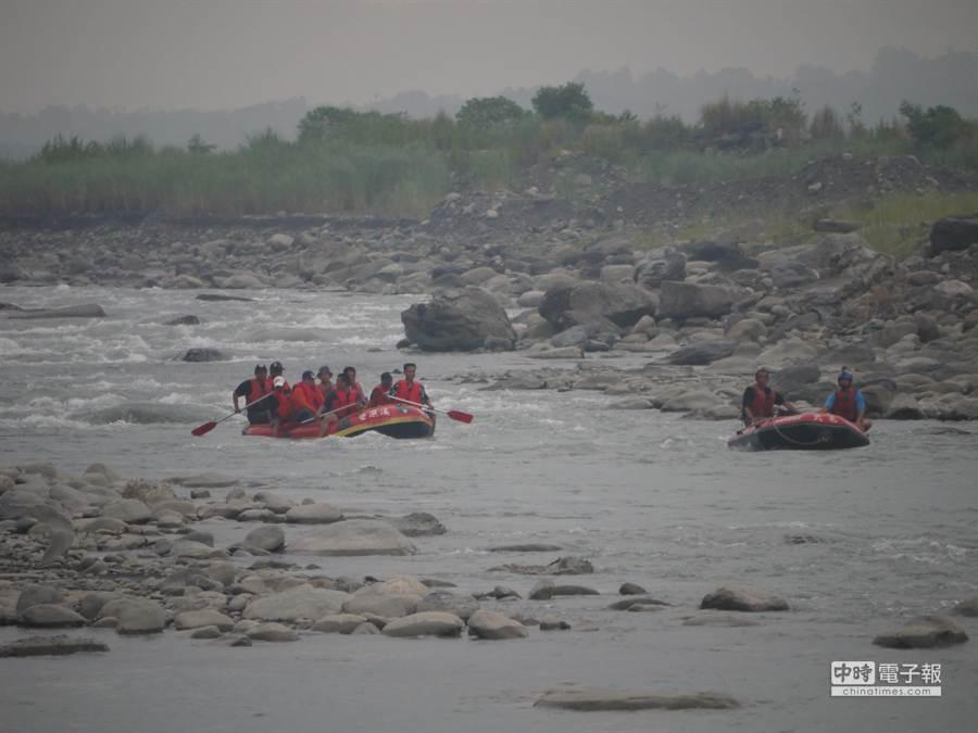 荖濃溪泛舟復航有望,最快明年5月!泛舟業者先行在六龜大橋至新威大橋的16公里試航。 (劉宥廷攝)