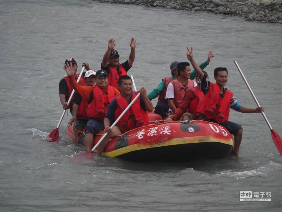 泛舟業者先行在六龜大橋至新威大橋的16公里試航、勘查河道狀況及周邊環境。 (劉宥廷攝)