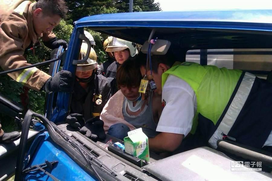 國道3號安坑交流道發生小貨車追撞前車車禍, 消防人員趕往救出受困乘客。(孟祥傑翻攝)