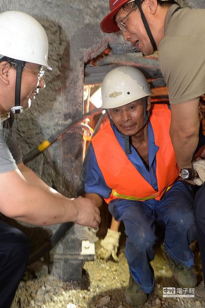 新華社照片,富甯(雲南),2014年7月20日,7月20日,在雲南富寧隧道坍塌事故現場,第一名被困人員從救援通道中出來。