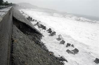 颱風來襲 富岡海堤破大洞