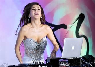 張暖雅露事業線 化身狂野DJ