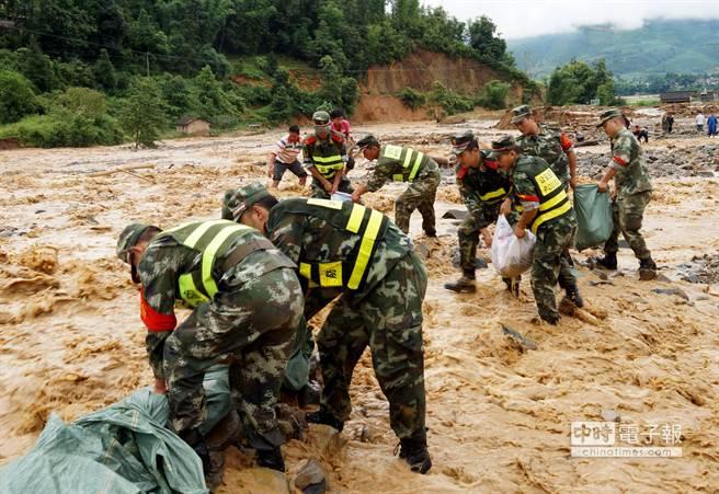 7月23日,邊防官兵在雲南省德宏傣族景頗族自治州芒市芒海鎮修築臨時攔洪壩阻擋水流,並清理河道以防止更大險情出現。