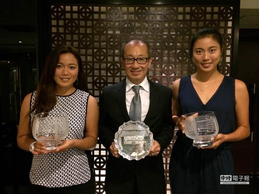 詹詠然(左)、詹皓晴(右)與晶華酒店董事長潘思亮分享榮耀。(劉雪貞提供)
