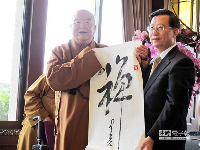 大陸江西省委書記強衛(右)走訪佛光山,與星雲大師(左)會晤,會後星雲贈送他一副墨寶。(柯宗緯攝)