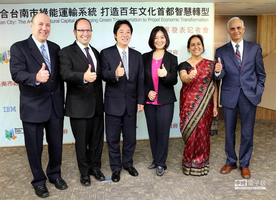 台灣IBM公司總經理黃慧珠(右三)向南市長賴清德(左三)承諾,IBM永遠是台南的夥伴。(陳惠珍攝)